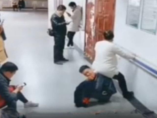 VIDEO: embarazada no consigue silla y se sienta sobre la espalda de su esposo