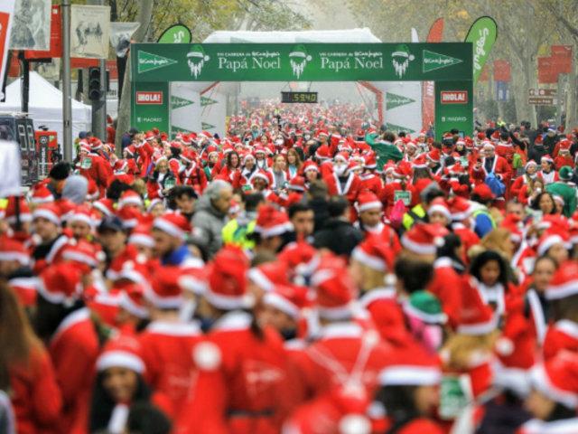 Miles de personas disfrazadas de Papá Noel tomaron las calles de Madrid