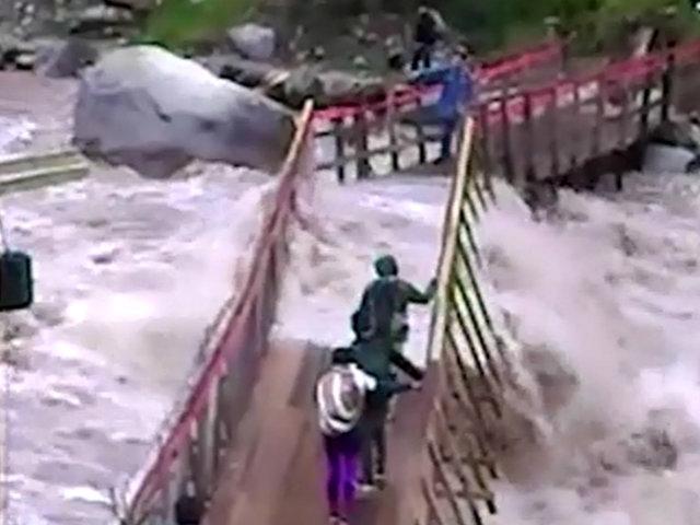 Cusco: visitantes arriesgaron sus vidas al cruzar puente a punto de colapsar