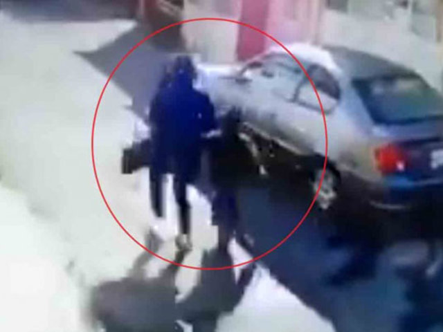 VIDEO: captan presunto secuestro de niño en un parque
