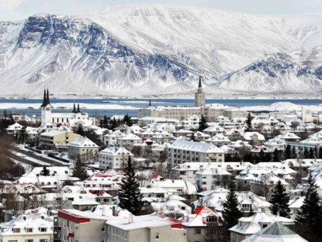 Vientos huracanados e intensas nevadas golpearon a la capital de Islandia