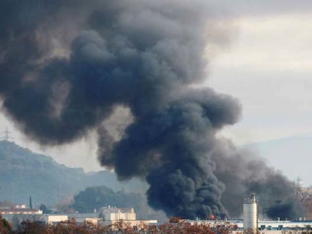 España: gigantesco incendio consume planta de reciclaje en Barcelona