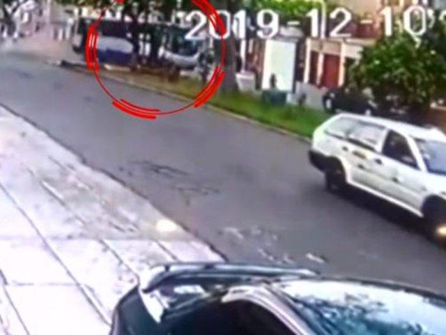 Habla chofer del bus que invadió carril contrario y se estrelló contra un auto