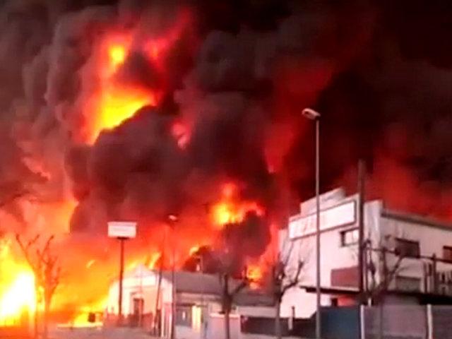 España: gigantesco incendio consumió planta de reciclaje en Barcelona