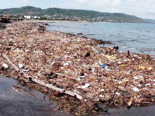 Sudáfrica: toneladas de basura invaden playas de Durban