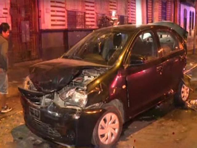 Cercado de Lima: chofer estrella su camioneta contra tres vehículos