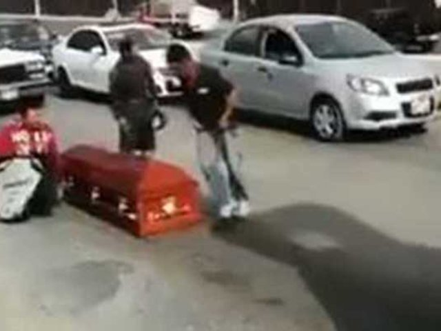VIDEO: ataúd cae de carroza fúnebre en pleno viaje al cementerio