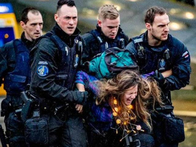 Holanda: desalojan activistas de aeropuerto de Ámsterdam a la fuerza