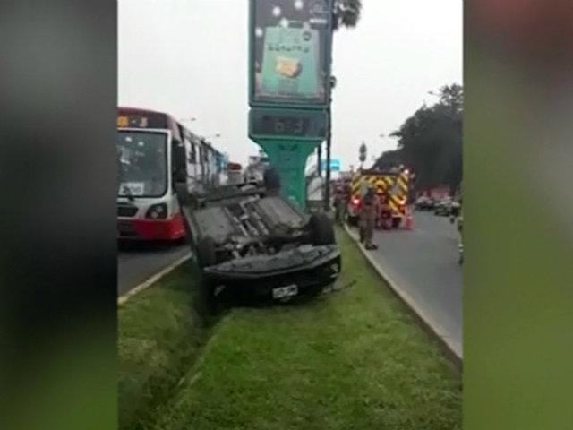La Molina: auto terminó volcado en plena avenida Javier Prado