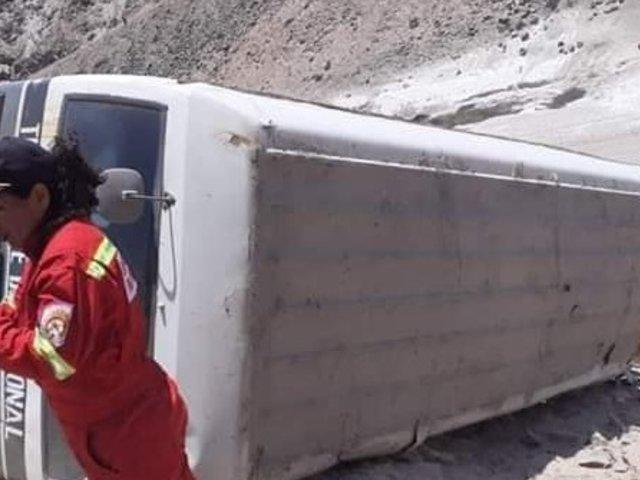 Arequipa: 21 escolares salvan de morir luego que bus se despistara
