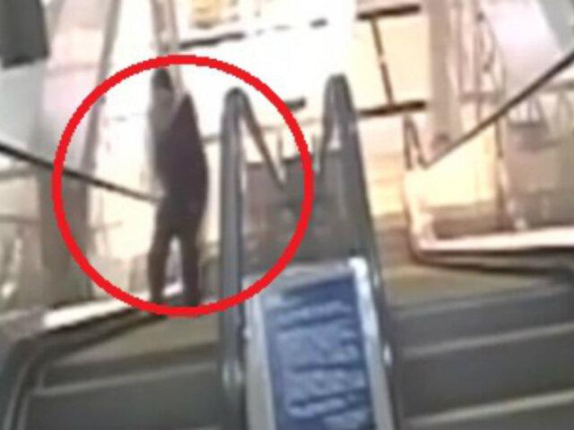 China: hombre sufrió desmayo mientras subía por escalera eléctrica
