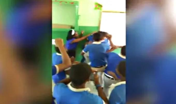 (VIDEO) Alumna y profesora se agarran a golpes en República Dominicana