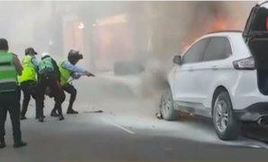 Surco: serenos, policías y bomberos lograron apagar camioneta en llamas