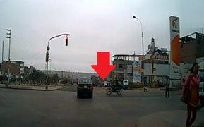 Taxista se pasa luz roja, ocasiona impactante accidente y luego se da a la fuga