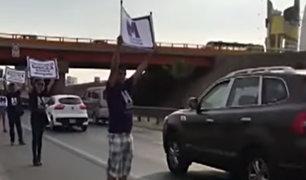 Panamericana Sur: activistas toman carril auxiliar para concientizar sobre el respeto al carril de emergencia