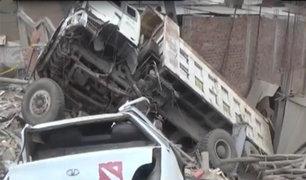 Camión se despista y cae sobre viviendas en Ate