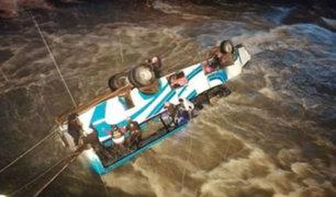 Puno: al menos tres muertos tras caída de bus interprovincial a río