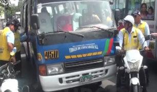 Surco: chofer de cúster informal intentó atropellar a policía e inspectores