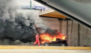 Auto se incendia por problema eléctrico en Surquillo