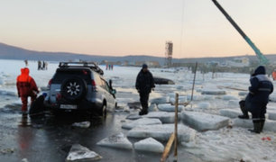 Rusia: decenas de autos terminaron en el agua tras romperse capa de hielo