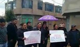 Feminicidio en Puno: familiares atacan casa de asesino confeso y piden cadena perpetua