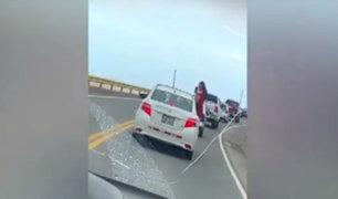 Arequipa: captan a joven viajando sentada sobre puerta de auto