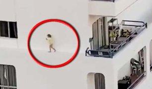 España: registran a una niña corriendo por cornisa de un edificio en Tenerife