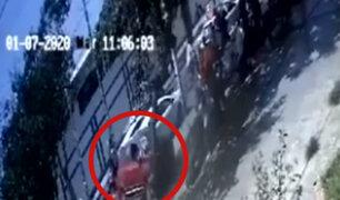 Cámaras muestran cómo anciana fue arrollada varios metros por camioneta