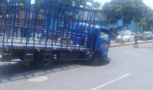 Trujillo: camión termina hundido tras registrarse forado en pista