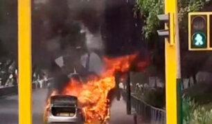 Jesús María: auto se incendia en plena pista y autoridades cierran Av. Salaverry