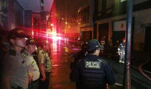 Voraz incendio consumió galería en el Cercado de Lima