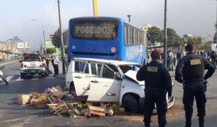 La Victoria: tres heridos tras aparatoso choque entre bus y auto