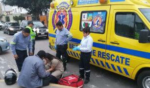 Surco: lanzan bombas molotov a serenos y uno de ellos se incendia