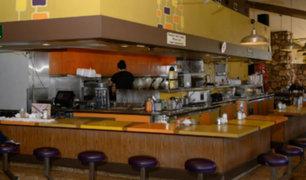 """Restaurante cargó en la cuenta de cliente un cobro por hacer """"pregunta estúpida"""""""