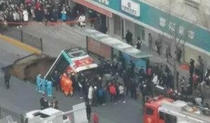 China: seis muertos dejó caída de autobús a enorme socavón