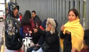 Surquillo: padres soportan lluvia por una vacante para sus hijos
