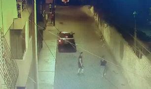 Surco: captan a sujeto golpeando brutalmente a mujer en plena vía pública
