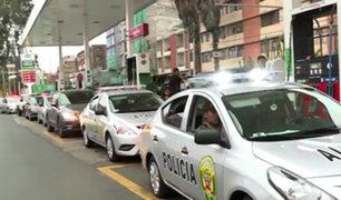 Vehículos PNP en grifo de Lince: realizan largas colas para abastecerse de combustible