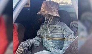 EEUU: hombre viaja con esqueleto falso como acompañante para usar carril preferencial