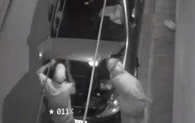 Cámaras de seguridad captan cómo delincuentes desmantelan vehículo en minutos