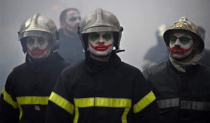 [FOTOS] Francia: Bomberos protestan al estilo 'Joker' por mejores condiciones laborales