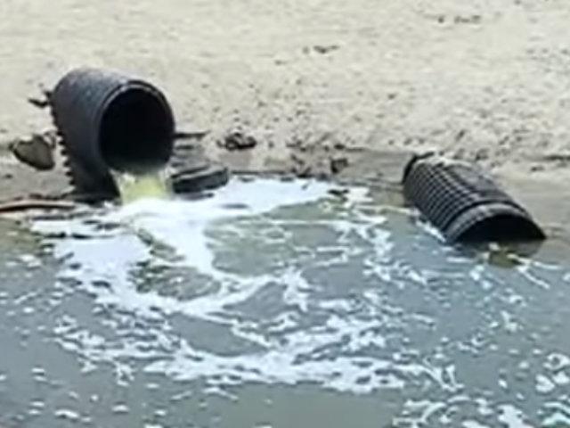 Bañistas acuden a playa Venecia pese a presencia de aguas residuales