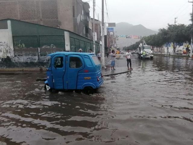 SJL: rotura de tubería ocasionó gran aniego cerca de estación del Metro de Lima