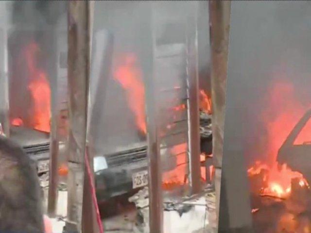 San Luis: hasta cinco unidades de bomberos intentan controlar incendio en casa de tres pisos