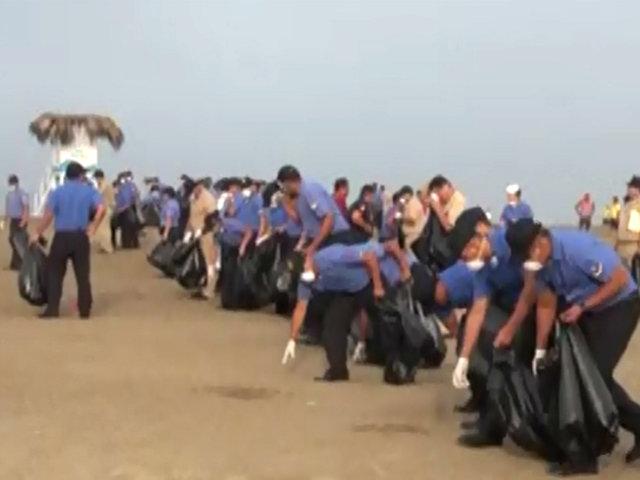 Chorrillos: Policía y Marina limpian playas de la Costa Verde