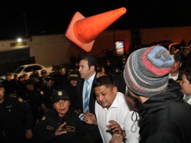 """Lanzan cono de tránsito y le gritan """"corrupto"""" a presidente saliente de Guatemala Jimmy Morales"""