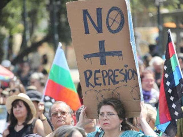 """Chile: miles marchan vestidos de negro y en silencio contra la """"represión"""""""