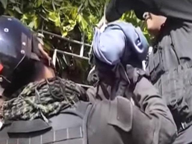 Arequipa: rescatan a gato que quedó atrapado en una reja