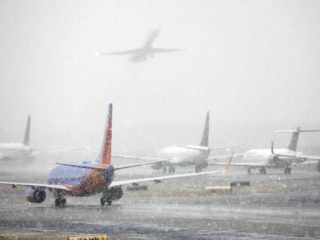 EE.UU: casi 1600 vuelos cancelados por tormenta de nieve