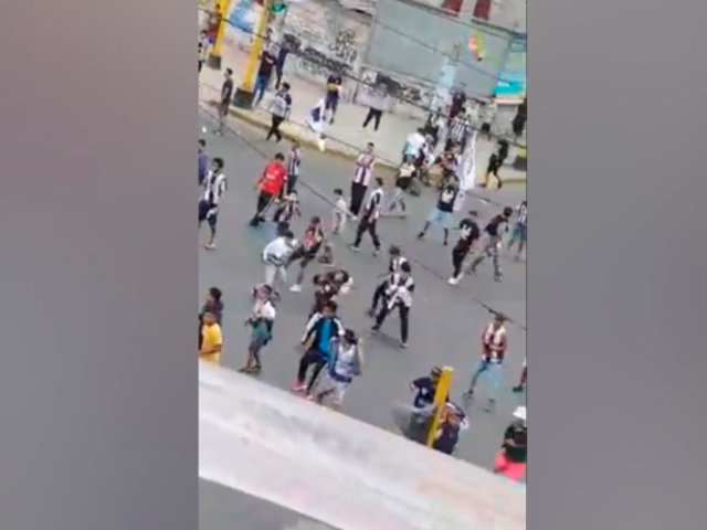 Alianza Lima: hinchas se enfrentaron en exteriores del estadio en previa de la Noche Blanquiazul